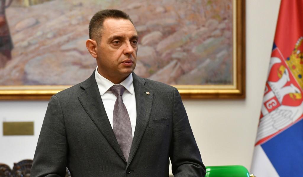Министар Вулин: Што се министарка Шекеринска не слика испод кукастог крста?