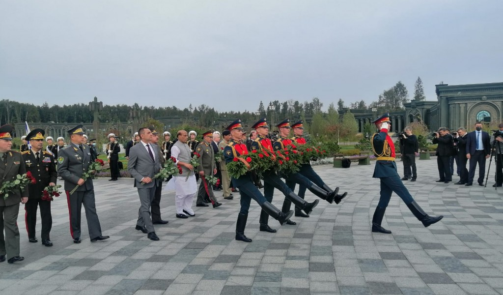 Minister Vulin Laid Flowers at the Monument in the Museum Complex Memory Road