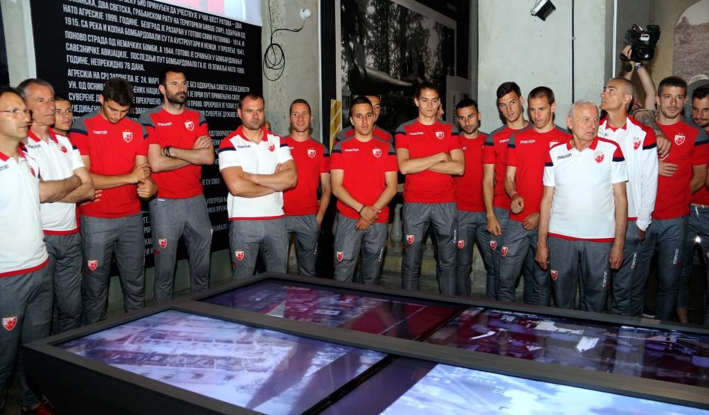 Фудбалери Црвене звезде обишли изложбу Одбрана 78