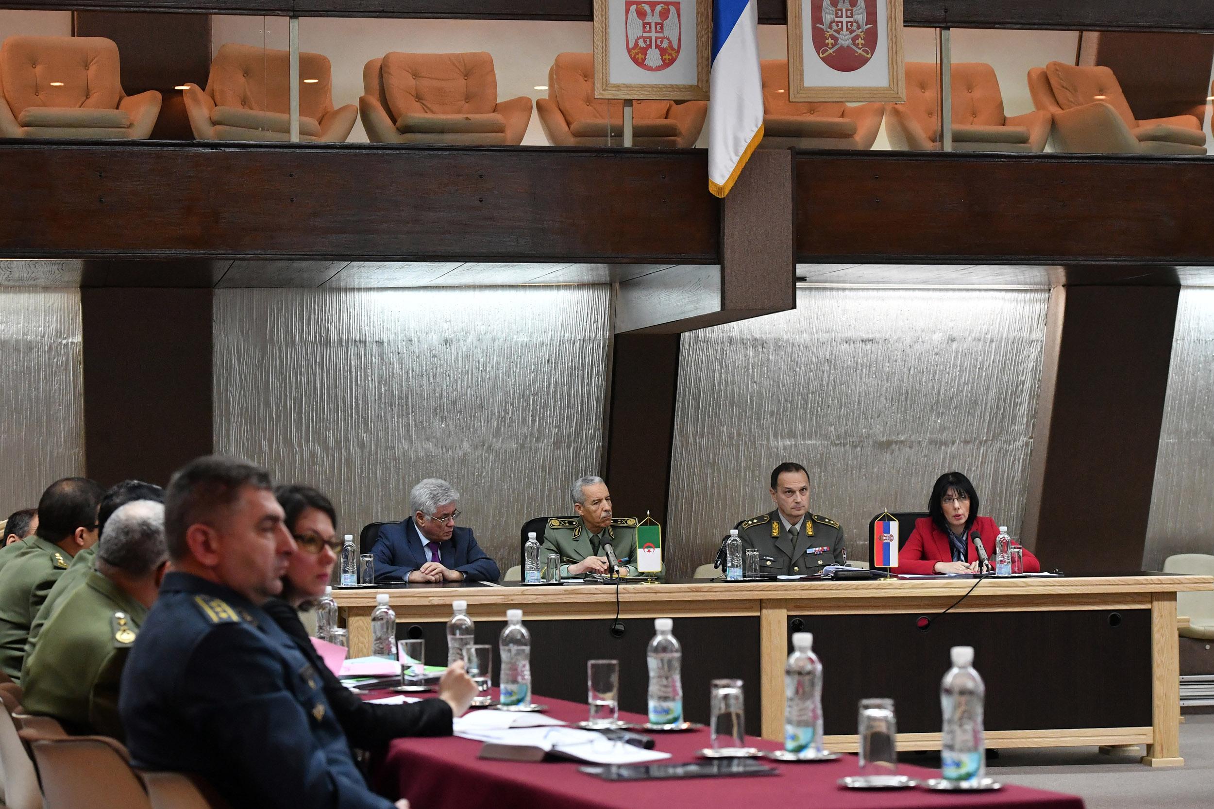 الجزائر : صلاحيات نائب وزير الدفاع الوطني - صفحة 21 Ban_1112_1519373114