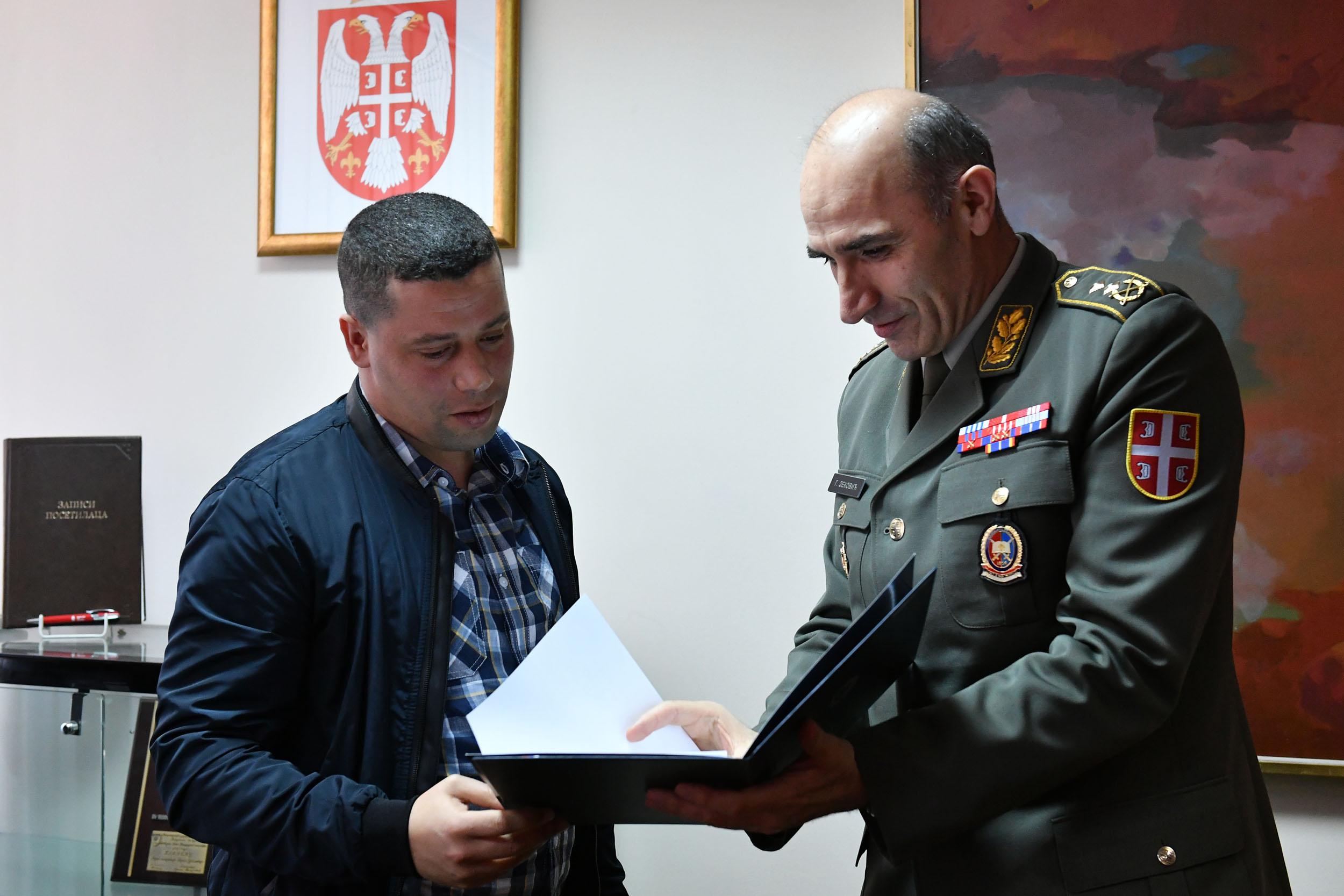 الجزائر : صلاحيات نائب وزير الدفاع الوطني - صفحة 14 Ban_9427_1490965292