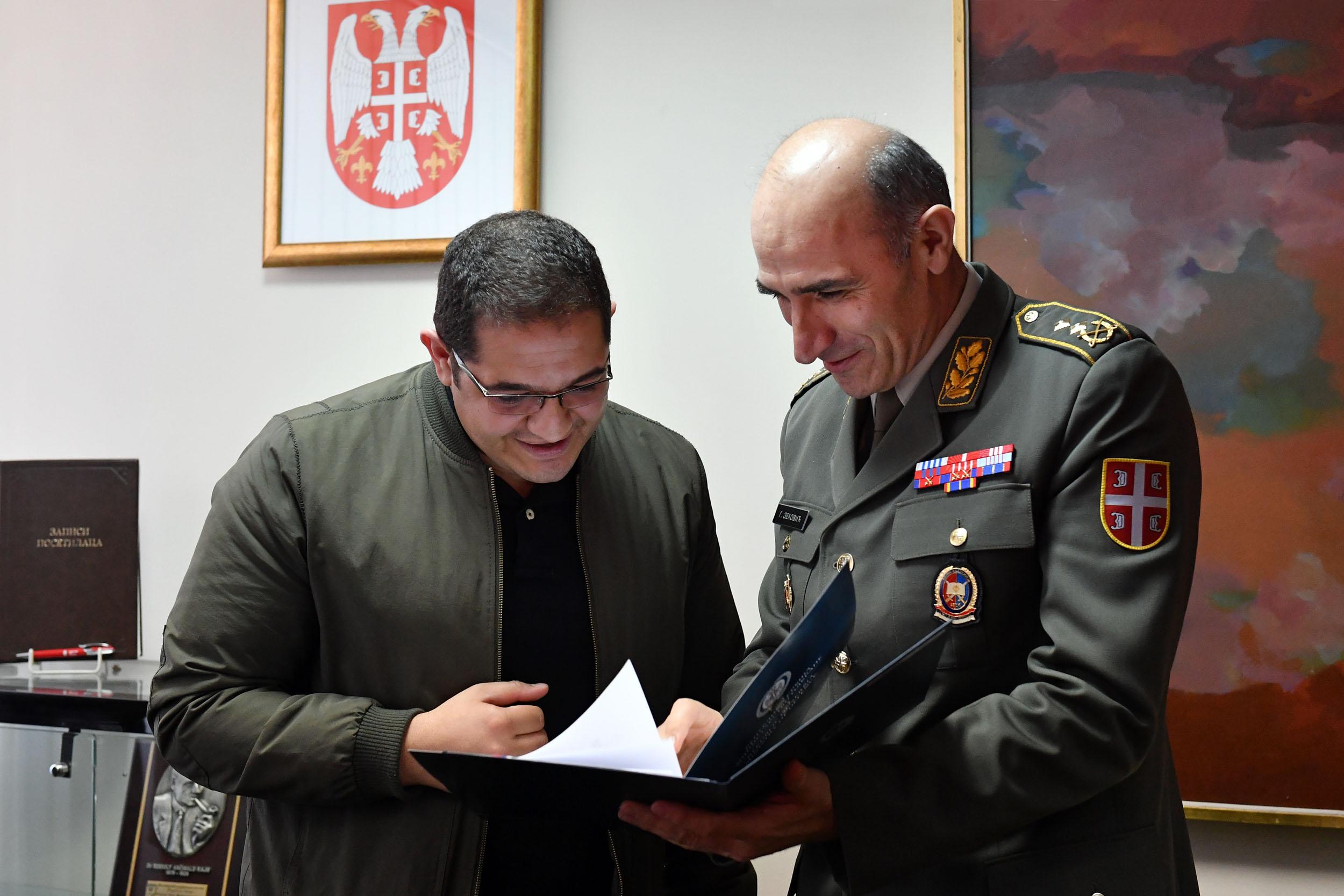الجزائر : صلاحيات نائب وزير الدفاع الوطني - صفحة 14 Ban_9456_1490965293