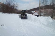 Војска Србије помаже завејаном становништву