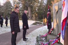 Министри одбране Србије и Норвешке положили венце на споменик југословенским интернирцима