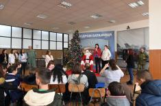 Деда Мраз и Добре виле традиционално на аеродрому Батајница