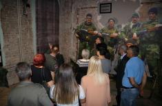 """Чланови породица погинулих припадника ВЈ обишли изложбу """"Одбрана 78"""""""