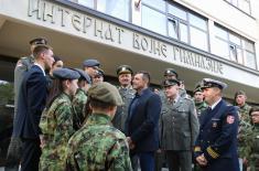 Министар Вулин са ученицима Војне гимназије и Средње стручне војне школе