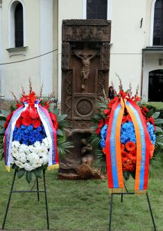 Serbian and Armenian presidents lay wreaths at the monument of gratitude of the Armenian people