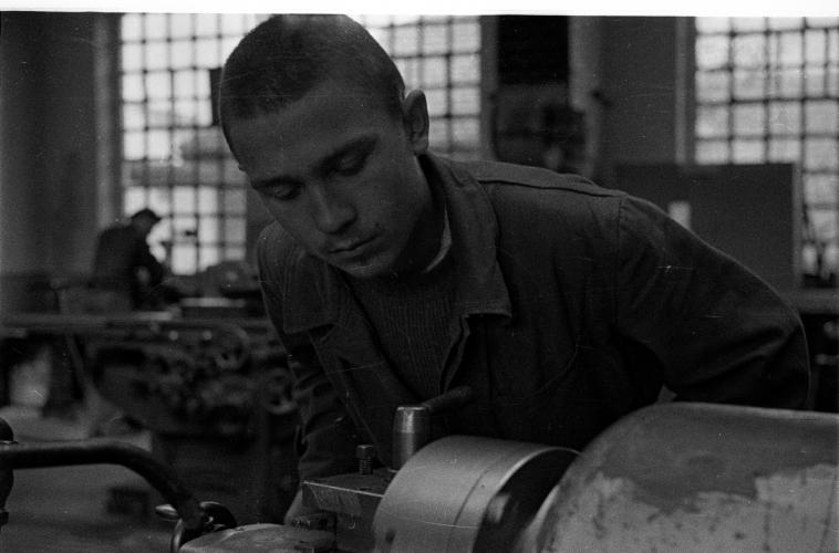 """""""Телеоптик"""" у Земуну,  ученици индустријске школе у радионицама и на настави (1951.)"""