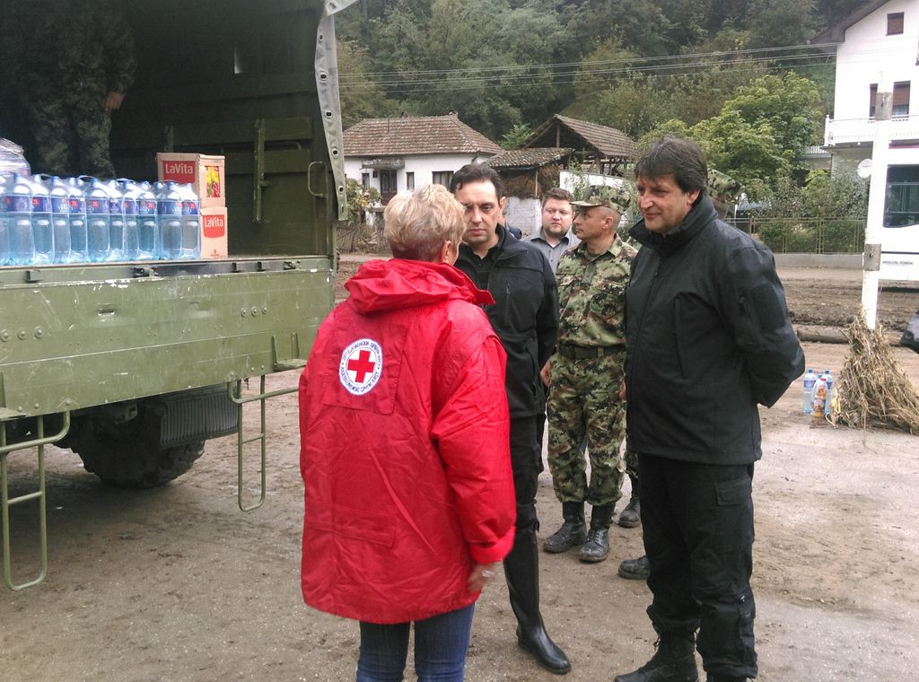 Ministar odbrane obišao poplavljena sela