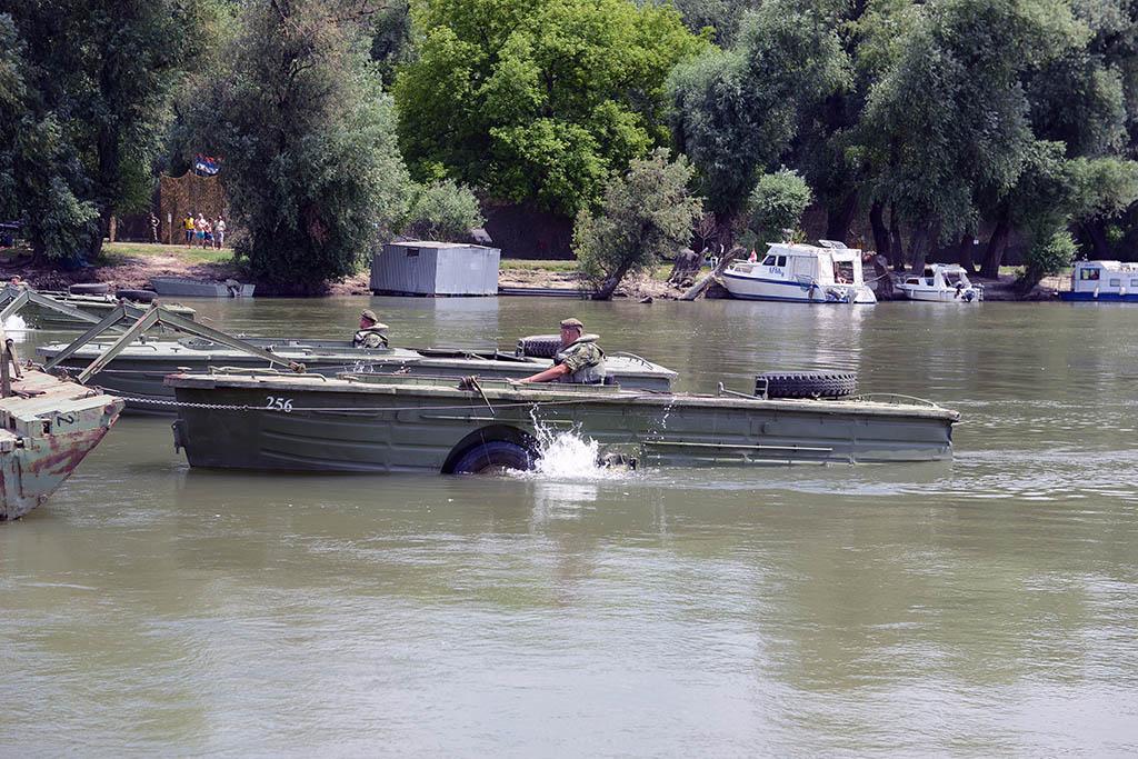 Postavljanje pontonskog mosta na Lidu