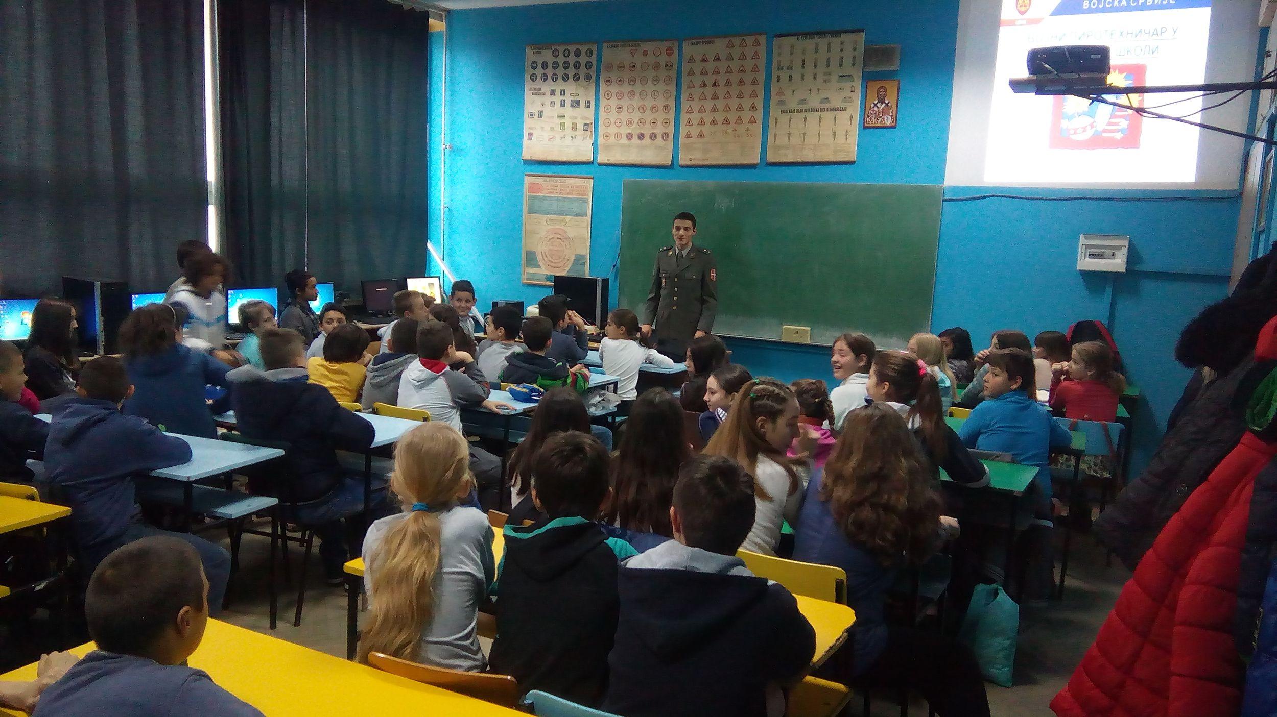 Војни пиротехничар у основној школи
