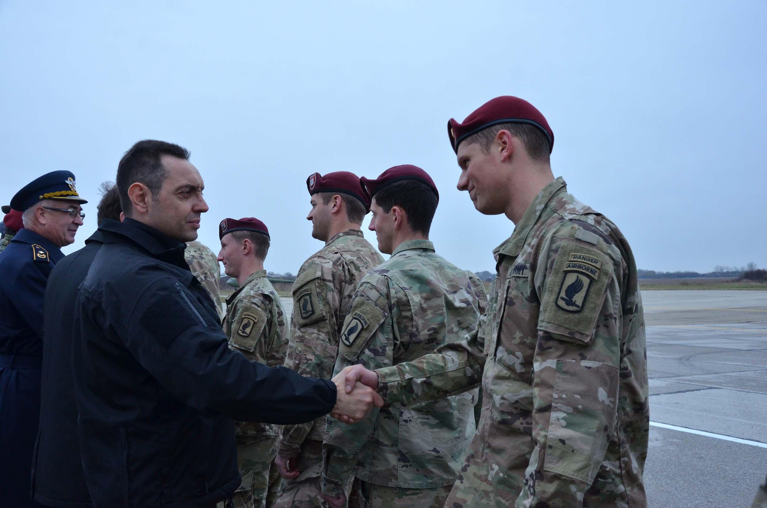 Aleksandar Vulin, ministar odbrane republike srbije je svečano dočekao 250 pripadnika oružanih snaga SAD-a na aerodromu Batajnica