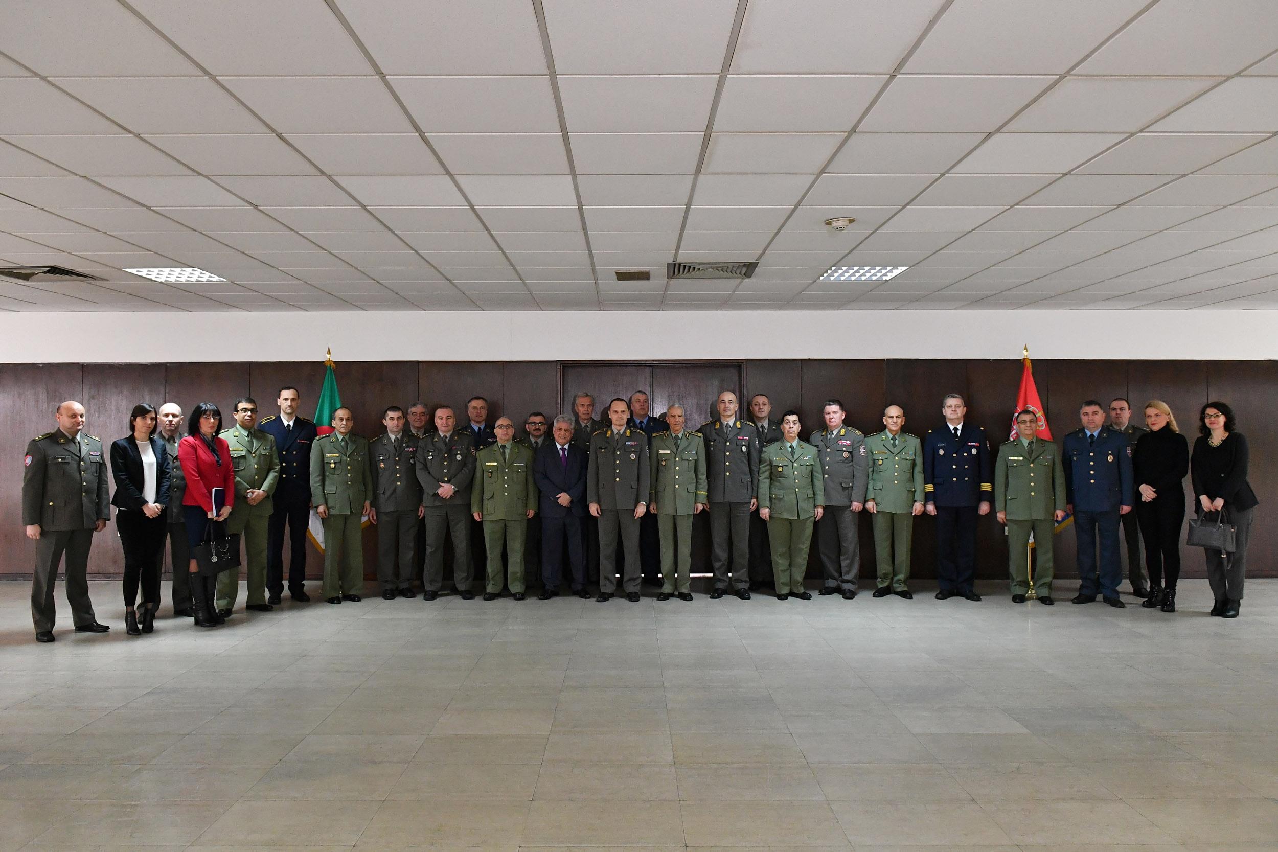 الجزائر : صلاحيات نائب وزير الدفاع الوطني - صفحة 21 BAN_0994