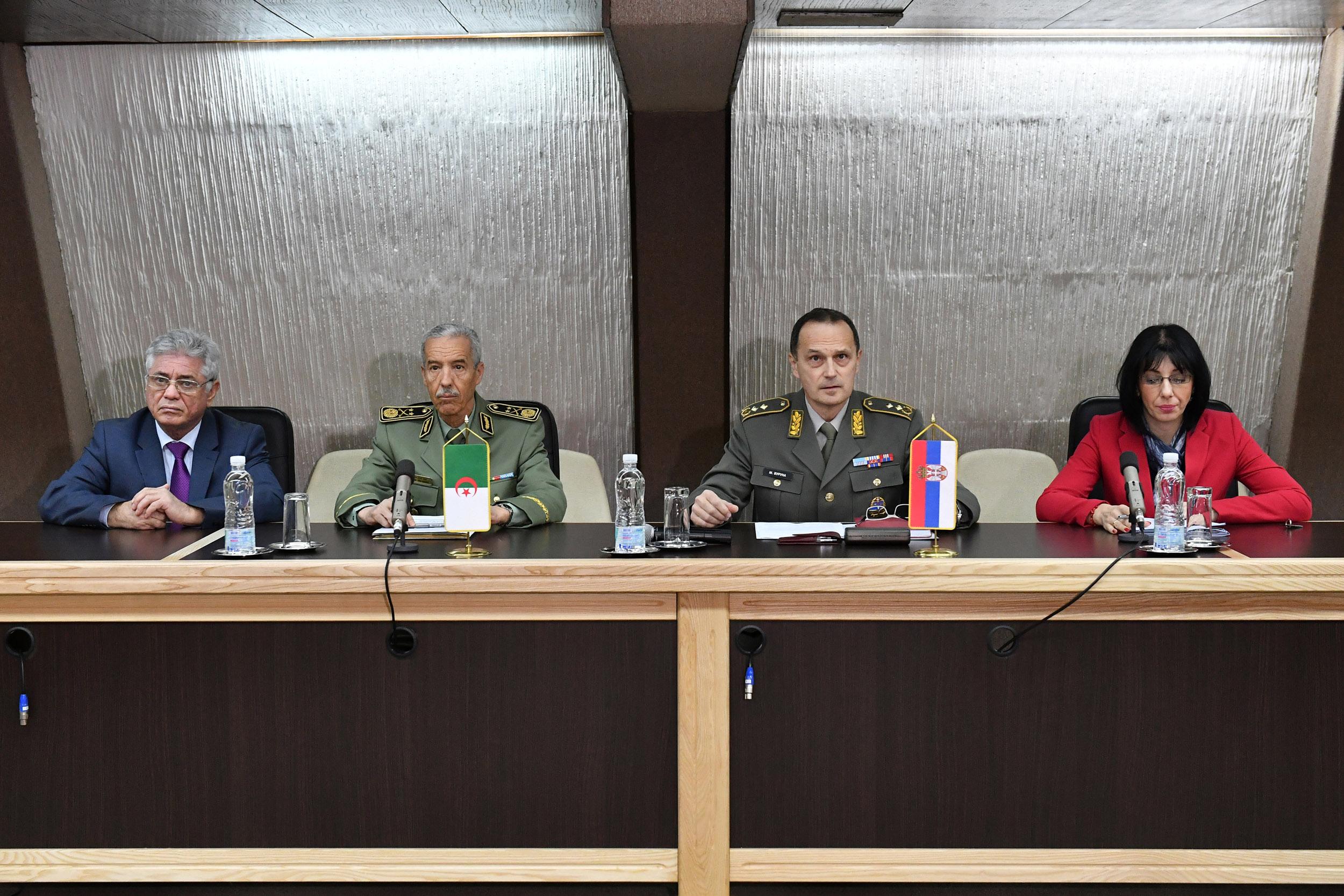 الجزائر : صلاحيات نائب وزير الدفاع الوطني - صفحة 21 BAN_1004